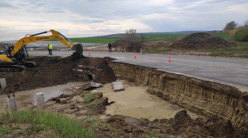 (Фото) Потери урожая и смытые дороги. Последствия проливных дождей и града в Молдове