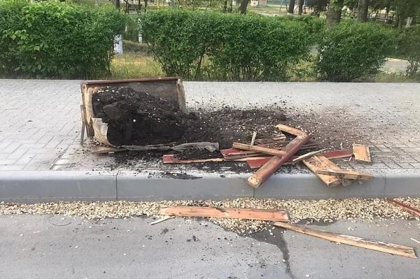 В Вулканештах автомобиль разбил цветочный вазон на тротуаре