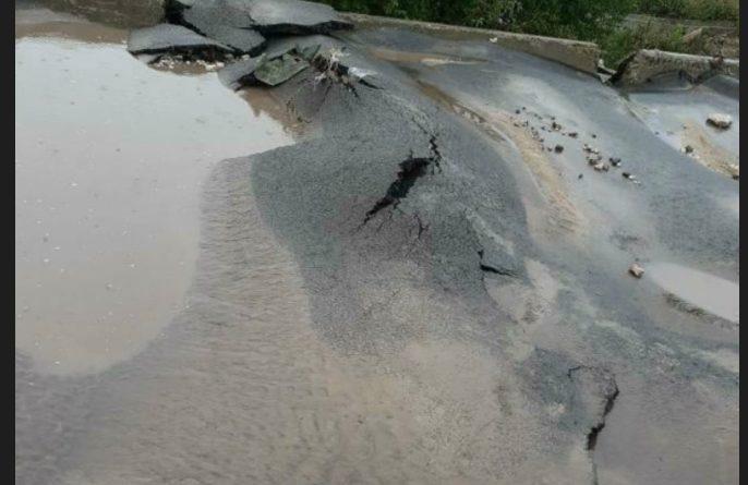 В Баурчи недавно отремонтированная дорога испортилась после дождей