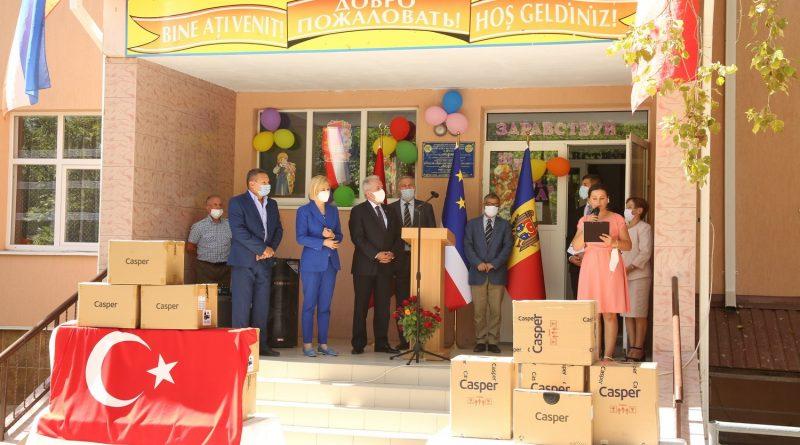 Гимназия села Котовское получила подарки от Турции