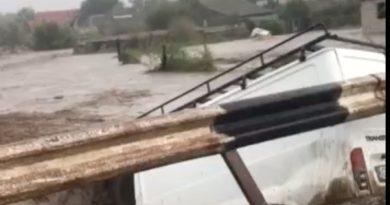 (Видео) В Комрате автомобиль смыло в овраг