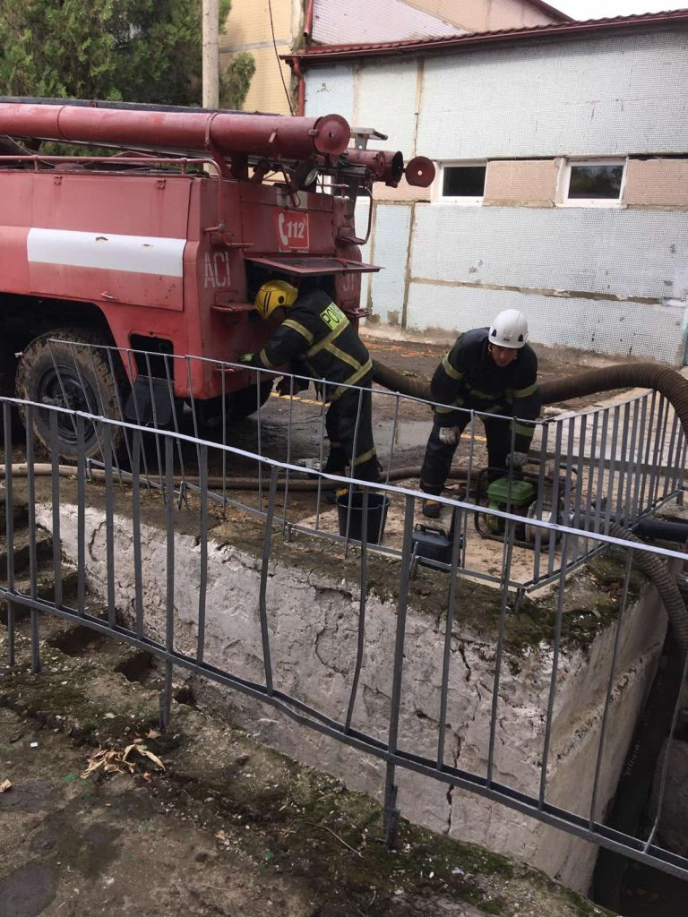 (Фото) В Комрате продолжаются работы по устранению последствий наводнения