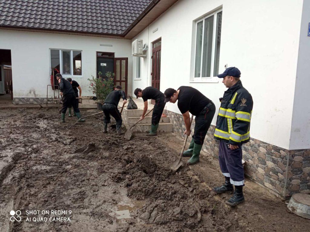 (Фото) Очищено более 500 тонн грязи. Как проходит ликвидация последствий наводнения в Комрате