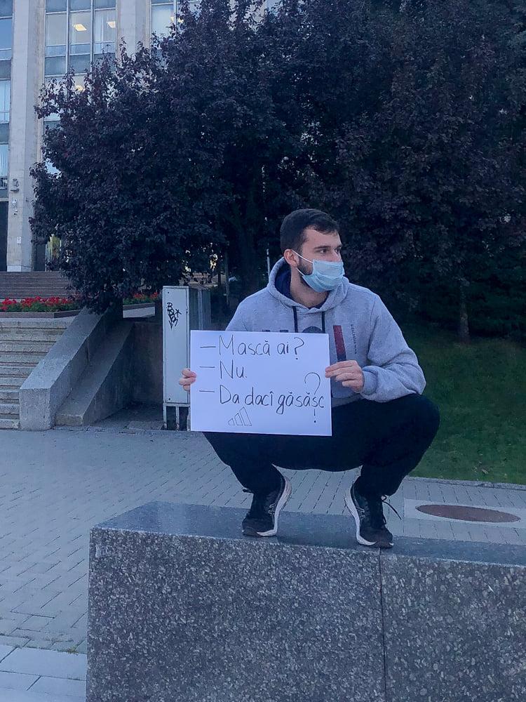 """""""Игорь без маски, как неубранный дом"""". Житель Кишинева вышел на улицы с забавными плакатами"""