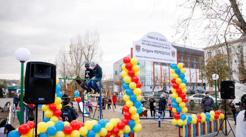 В Каушанах после вопросов журналистов табличку с именем депутата на новой детской площадке демонтировали