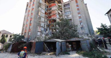 (Видео) В Атаках сносят обрушившийся год назад дом. Работы выполнены наполовину