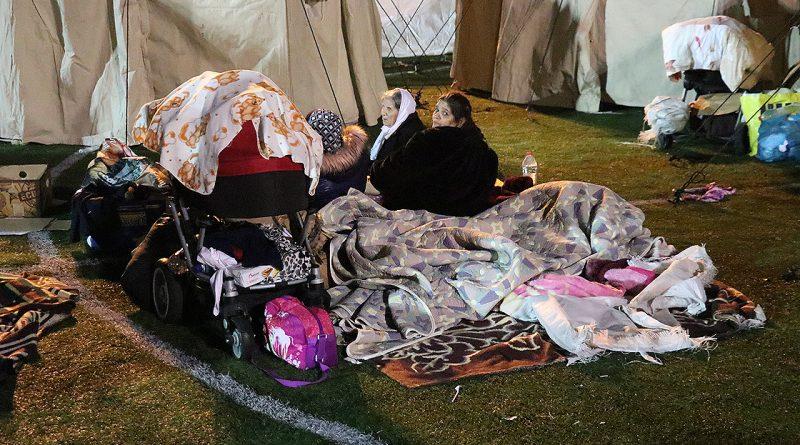 Измир после землетрясения: Пострадавшим построят дома, но пока они живут в палатках
