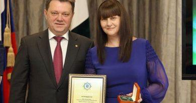 В российском городе Томск, супруга мэра перед обыском выбросила из окна подушку с реквизитами счетов на 1,3 млрд рублей