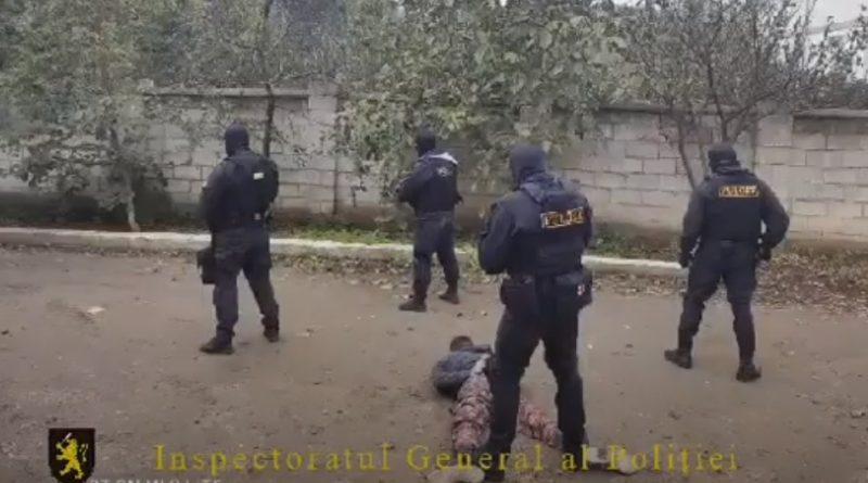 (видео) В сети появились кадры задержания мужчины, взявшего в заложники собственных детей этим утром