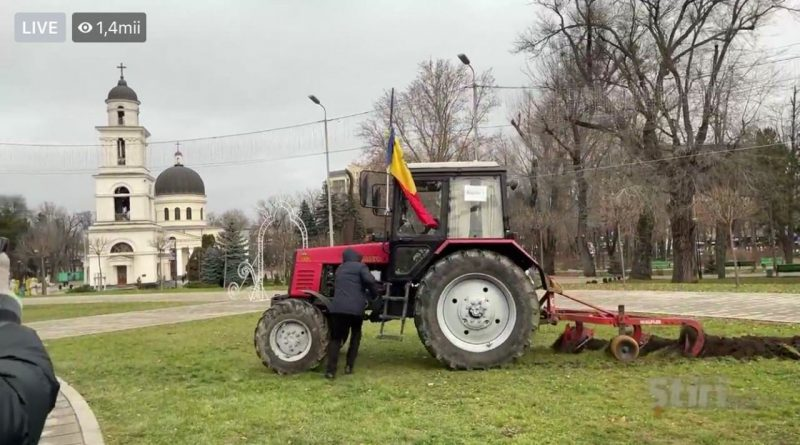 (Видео) В Кишиневе на протестах фермер вспахал борозду на газоне