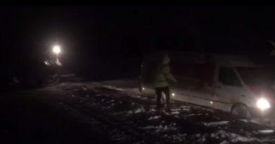 (Видео) Сотрудники полиции помогали вытаскивать застрявшие машины, на юге Молдовы