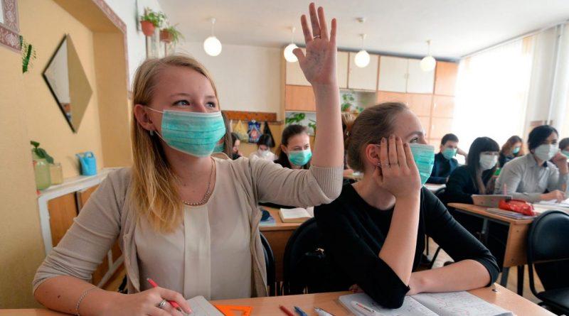 Школьников с пятого по 12 классы обязали носить маски в школах. Какие еще решения приняла национальная комиссия