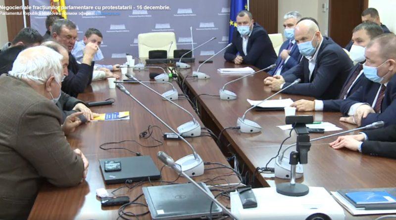 (LIVE) В Кишиневе протестуют фермеры. С ними встретились парламентские фракции PAS и DA