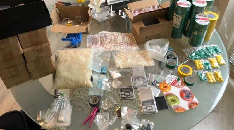 (Видео) Полиция задержала 9 человек по подозрению в продаже синтетических наркотиков. У них нашли  товар на 8 млн леев