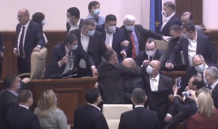 (Видео) В парламенте произошла потасовка во время голосования по бюджетно-налоговым вопросам