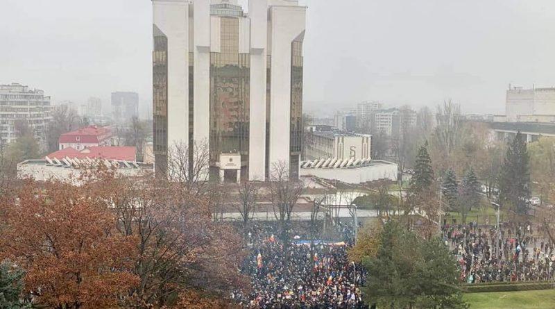 В Кишиневе проходит протест против передачи СИБ под контроль парламента. Полиция сообщает о несоблюдении карантинных мер, но разгонять митинг не будет