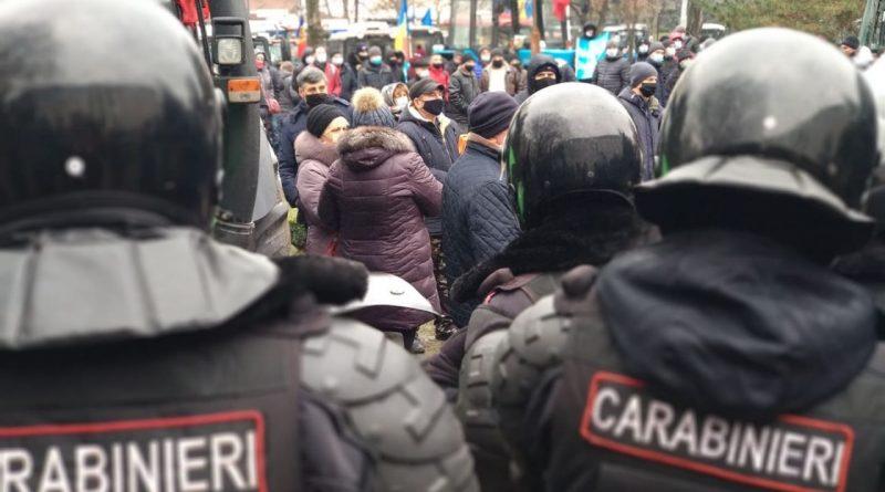 (Видео) Фермеры продолжают протест в Кишиневе. Они перекрыли бульвар Штефан Чел Маре и требуют досрочных выборов