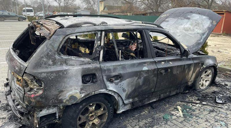 (Фото/Видео) В Кэушень сожгли  автомобили фермера. Он участвовал в протестах у парламента