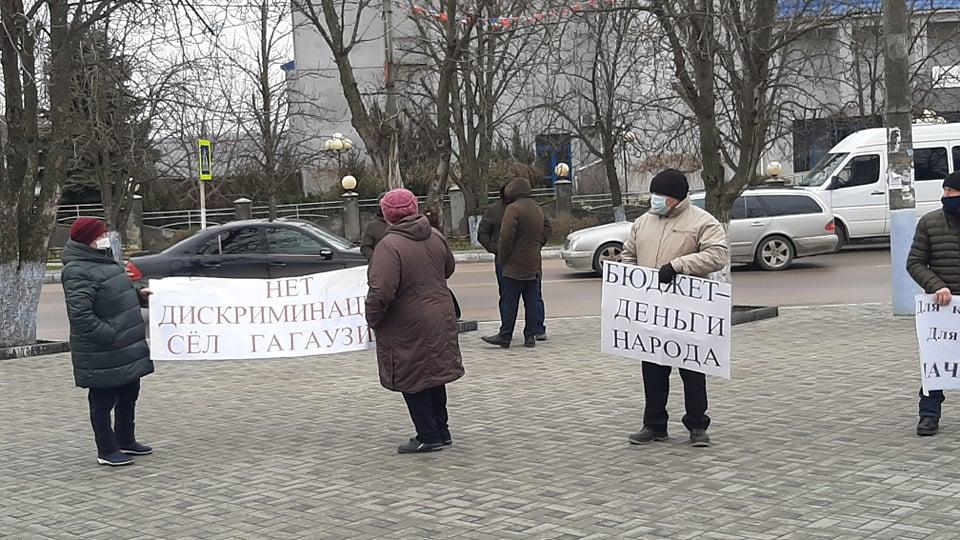 (Фото) Жители нескольких населенных пунктов Гагаузии вновь митингуют в центре Комрате