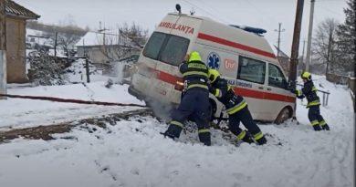 (Видео) На юге Молдовы спасатели вытащили застрявшую машину скорой помощи