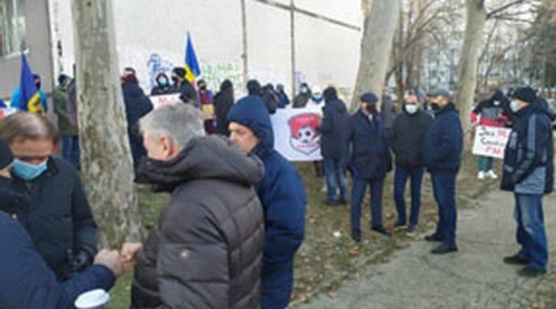 У офиса Федерации футбола Молдовы прошел пикет. Кто и почему протестовал?