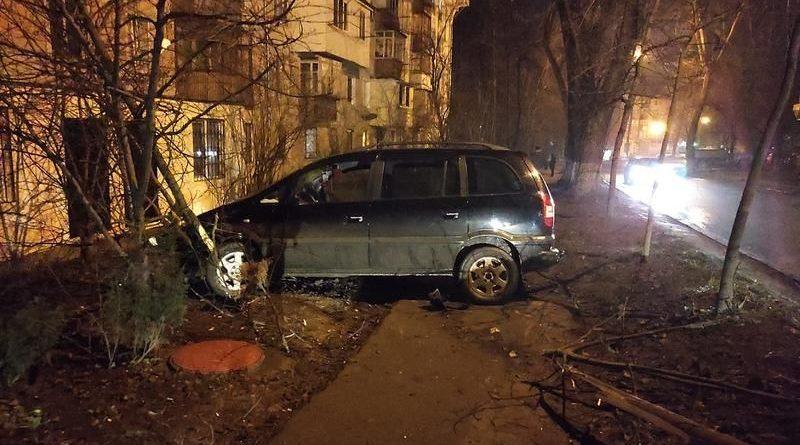 В Кишиневе пьяный парень угнал авто, устроил гонки и врезался в дерево. Что ему грозит?