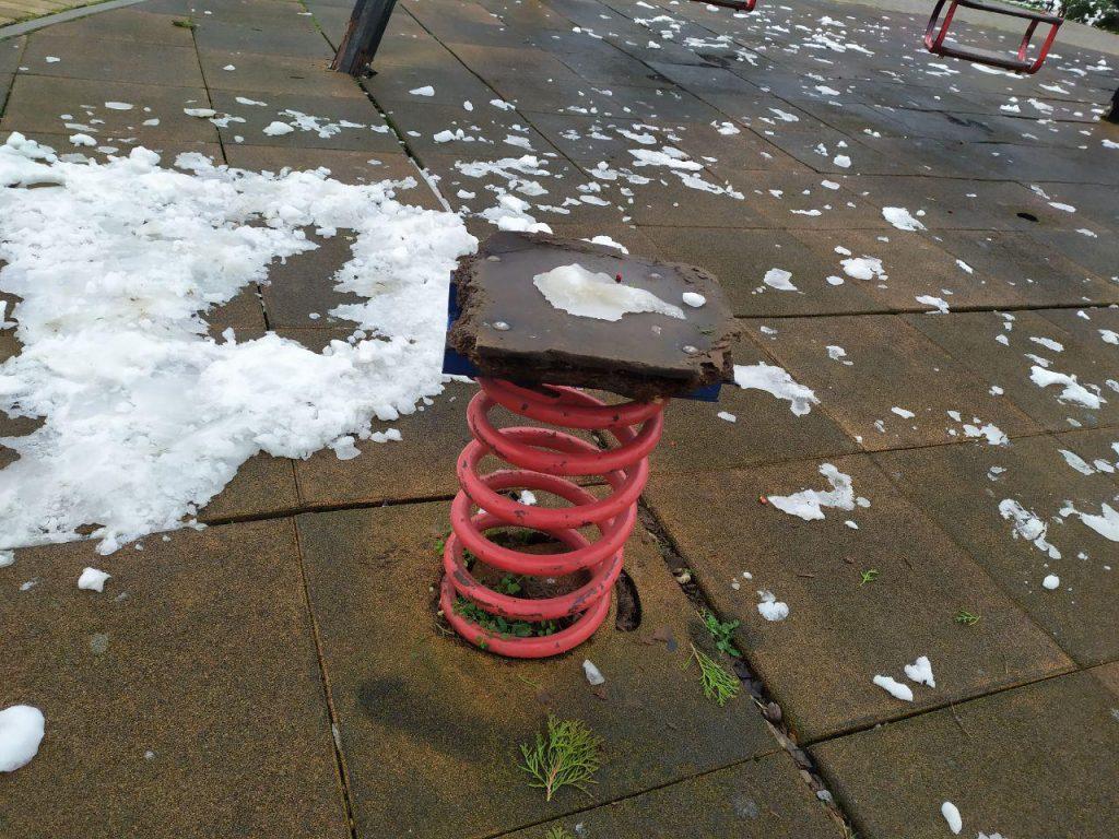 Вместо качелей железные трубы. Детская площадка в центре Комрата опасна для здоровья детей (фото)