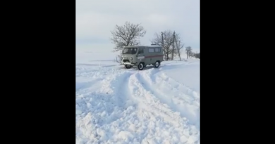 (Видео) Водитель скорой  расчищает снег, чтобы проехать по дороге Чадыр-Лунга - Твардица