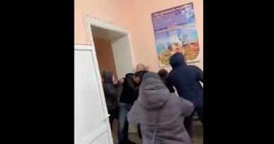 (Видео) В мэрии села Кирсово произошла драка. Пострадали два человека