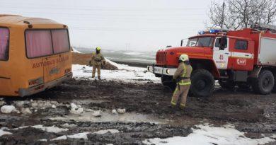 (Фото) Школьный автобус  из Вулканешт застрял в грязи возле села Бурлачены. Машину вытащили спасатели