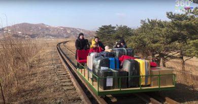 (Видео) Российские дипломаты вернулись из КНДР домой на самодельной тележке
