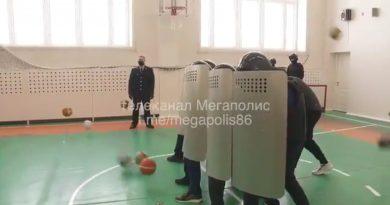 В Нижневартовске полиция сыграла со школьниками в «ОМОН и протестующих». Главу полиции уволили