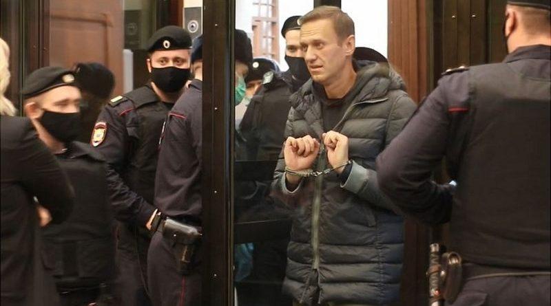 Алексей Навальный приговорен к 3,5 годам колонии. Власти ряда стран потребовали освобождения политика