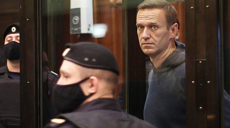 Дипломаты 14 стран приехали на суд по Навальному. В МИД назвали это вмешательством в дела России