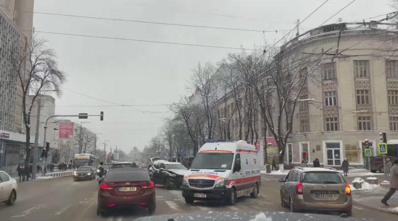 В Кишиневе машина скорой помощи попала в ДТП. Пострадали три человека