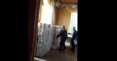 """(Видео) """"Горы"""" туалетной бумаги в здании мэрии Комрата . Сергей Анастасов не в курсе откуда она"""