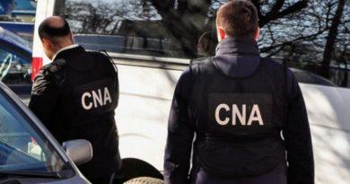 Два таможенника задержаны с поличным при получении взятки
