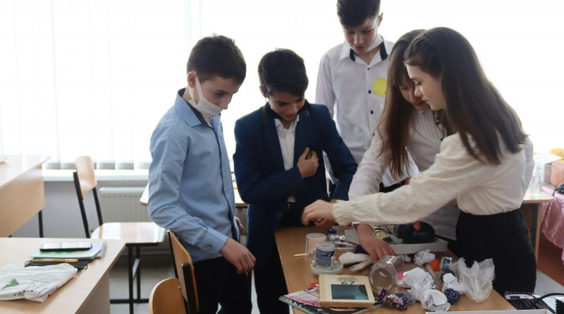 (Фото) В Комрате школьникам рассказали о важности сортировки мусора и его правильной утилизации