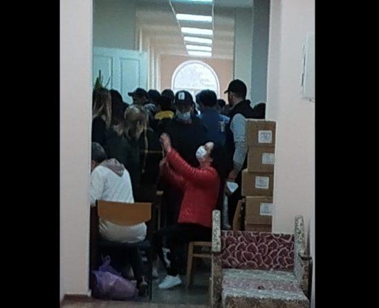 Внутри здания районной администрации Вулканешт собралось около 100 человек для сдачи крови