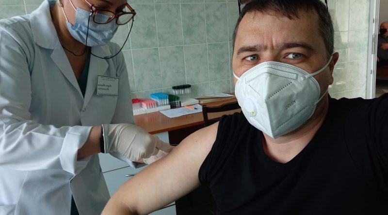 """""""Главное, чтобы мы победили коронавирус"""". Роман Хоменко о том, почему согласился на вакцину и что происходило с организмом после"""