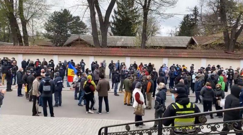 Протестующие в Кишиневе перед зданием КС: «Так безответственно нарушать Конституцию нельзя»