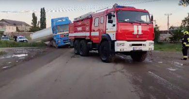 (Видео) В Комрате автоцистерну с 26 тоннами топлива занесло в кювет. Автомобиль разблокировали спасатели