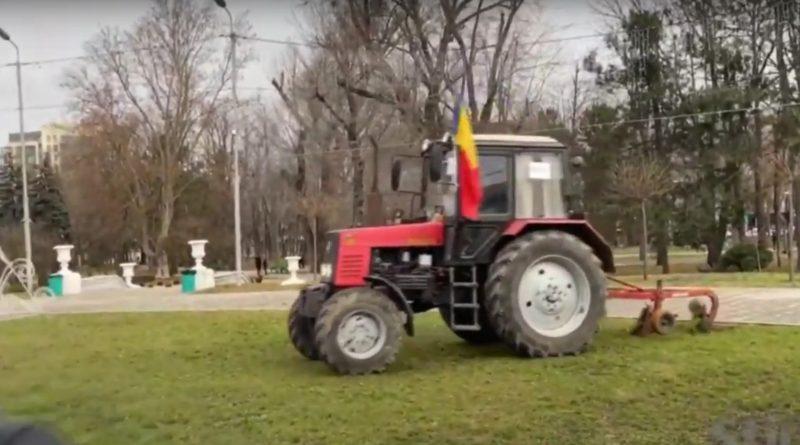 Более 3 тысяч лей штрафа заплатит фермер, вспахавший газон у Кафедрального собора