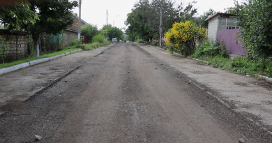 """(Фото) """"Не надо тратить деньги на ветер"""". Житель Комрата недоволен качеством ремонта дороги"""