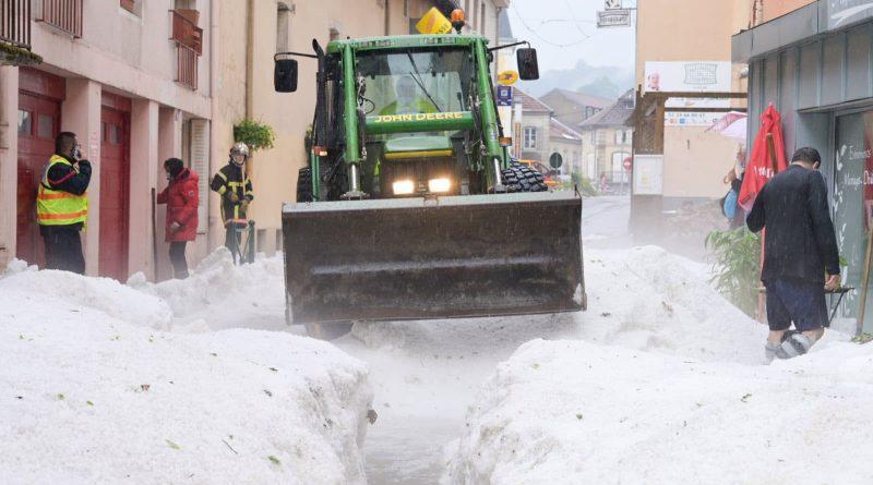 (Фото) Природный коллапс во Франции: несколько населенных пунктов засыпало градом