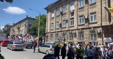 (Видео) В Кишиневе перед зданием ЦИК протестующие требуют увеличить количество избирательных участков за границей