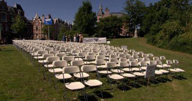 Перед посольством РФ в Гааге установили белые стулья в память о пассажирах рейса MH17