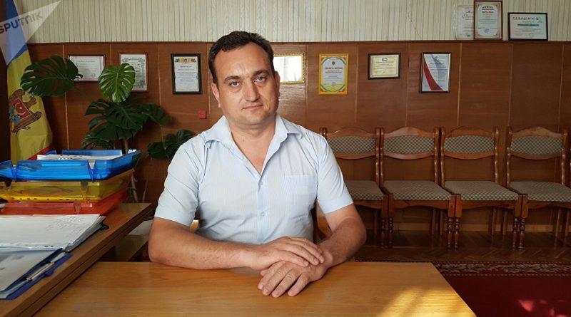 """Бокал пива в подарок. В селе Спея примар мотивировал граждан голосовать """"правильно"""""""