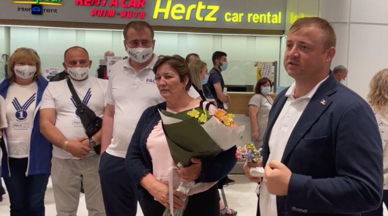 """(Видео) """"Я был сильным и каждую секунду думал о том, что вернусь"""". Георгий Кавкалюк прилетел в Молдову."""