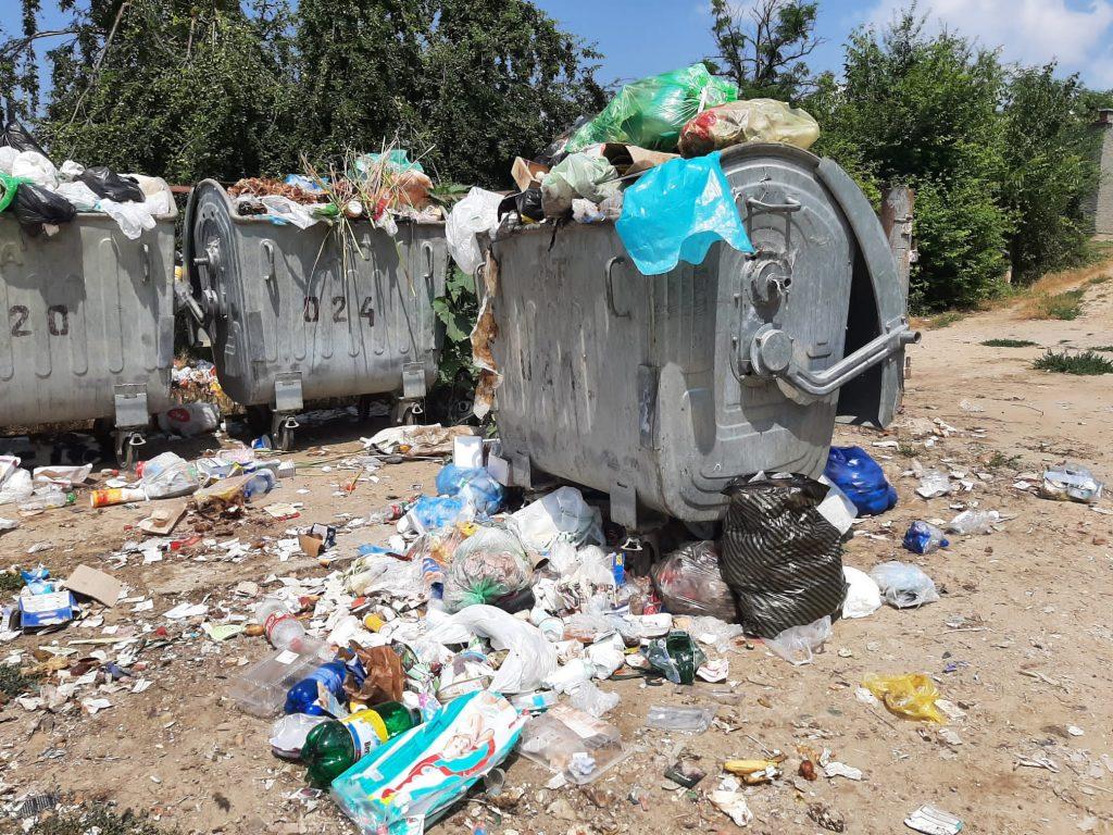 В Вулканештах более недели не вывозят мусор. Мэр города советует выбрасывать отходы у офиса социалистов